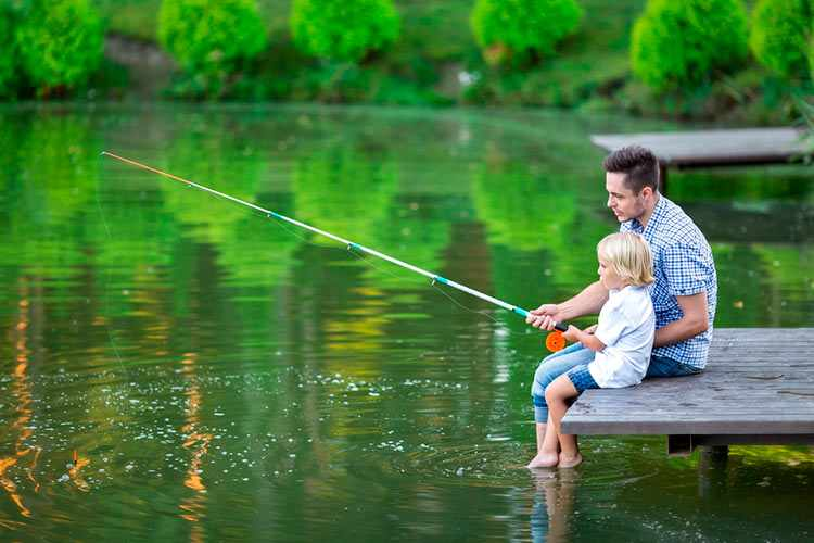 Сын с отцом на рыбалке